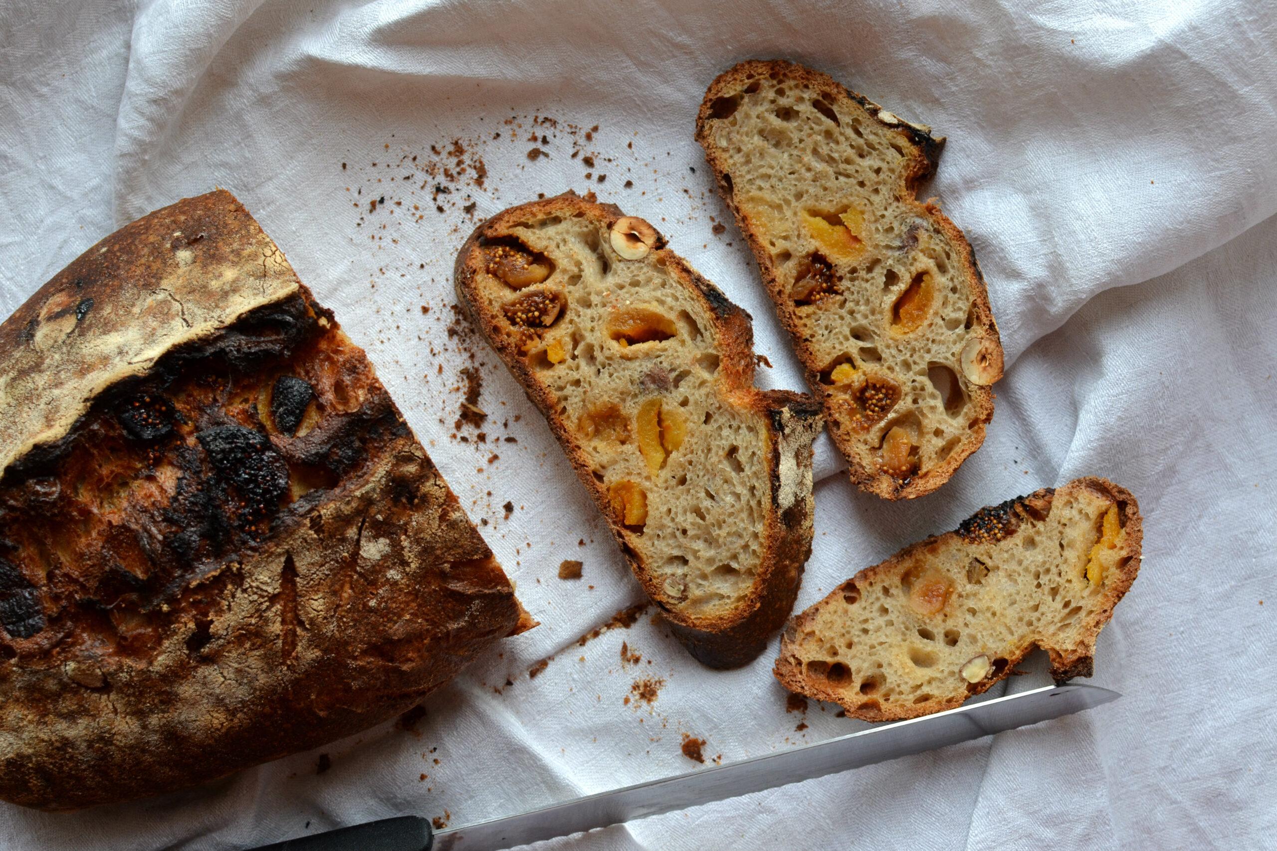 Pšeničný kvasový chléb s meruňkami, fíky a lískovými ořechy